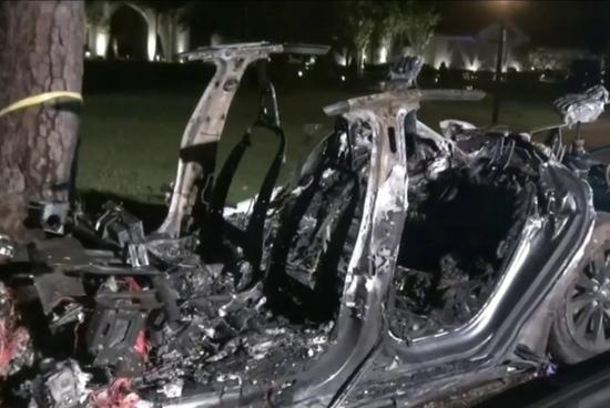 特斯拉回应德州致命事故事故发生时有人在驾驶